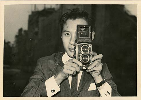 https://www.artsandcollections.com/wp-content/uploads/2018/08/Fan_Ho_with_camera.jpg