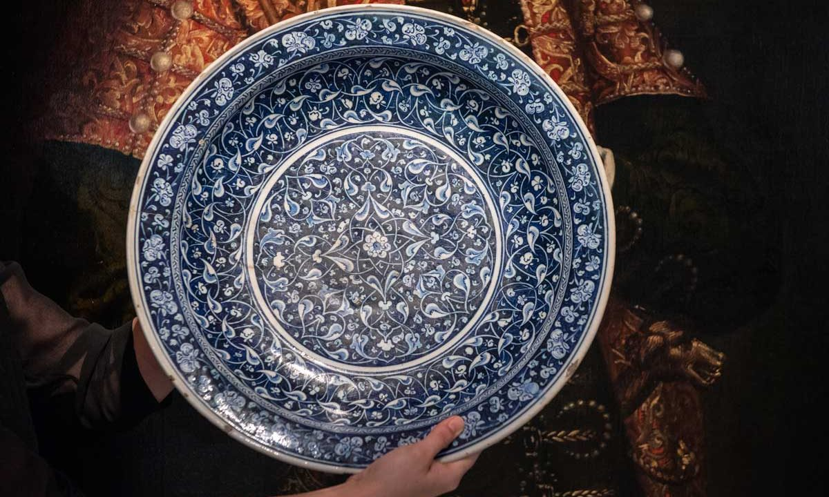 https://www.artsandcollections.com/wp-content/uploads/2018/10/iznik-charger-ottoman-pottery-1200x720.jpg
