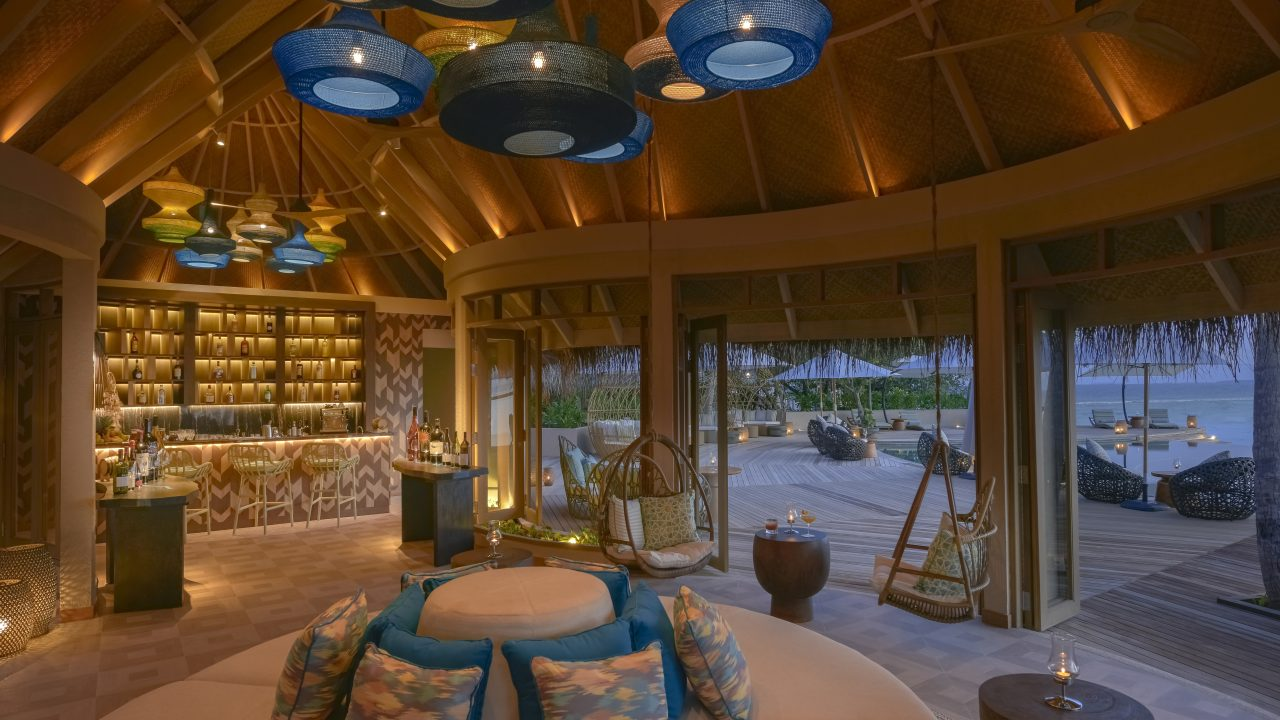 https://www.artsandcollections.com/wp-content/uploads/2019/03/The-Nautilus-Maldives-dining-Naiboli-pool-bar-0-1280x720.jpg