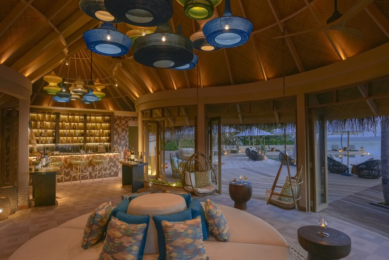 https://www.artsandcollections.com/wp-content/uploads/2019/03/The-Nautilus-Maldives-dining-Naiboli-pool-bar-0-1280x854.jpg