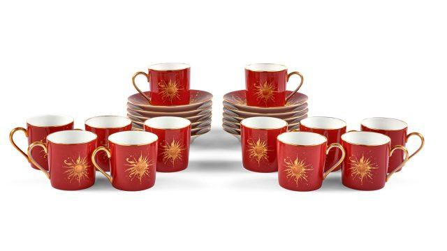 Douze tasses et sous-tasses à café, fond-bordeaux, Modèle Ritz Club, © Artcurial